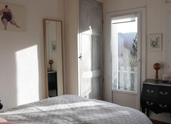 Chambre ensoleillée avec accès direct sur le balcon