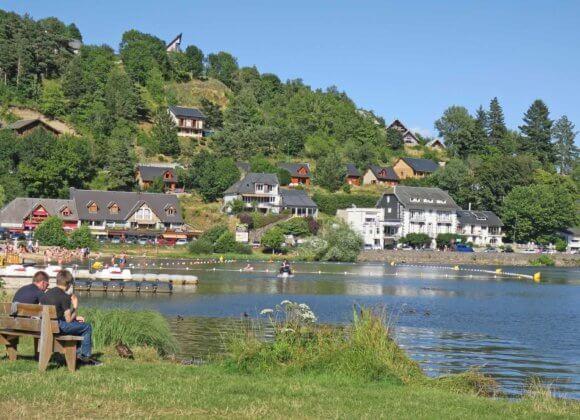 Village vu du lac