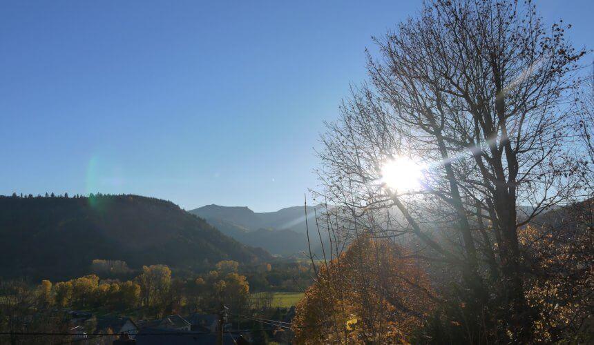 Vue de la terrasse : coucher de soleil sur les crêtes du Sancy